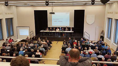 Mehr als 300 Bürgerinnen und Bürger fanden sich im Wandsbeker Bürgersaal ein.
